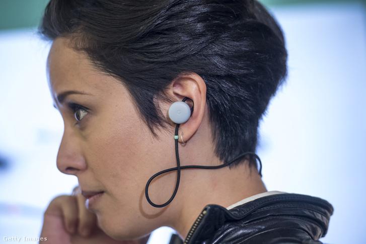 Google Pixel Buds okosfülhallgatót viselő nő a kaliforniai bemutatón 2017. október 4-én