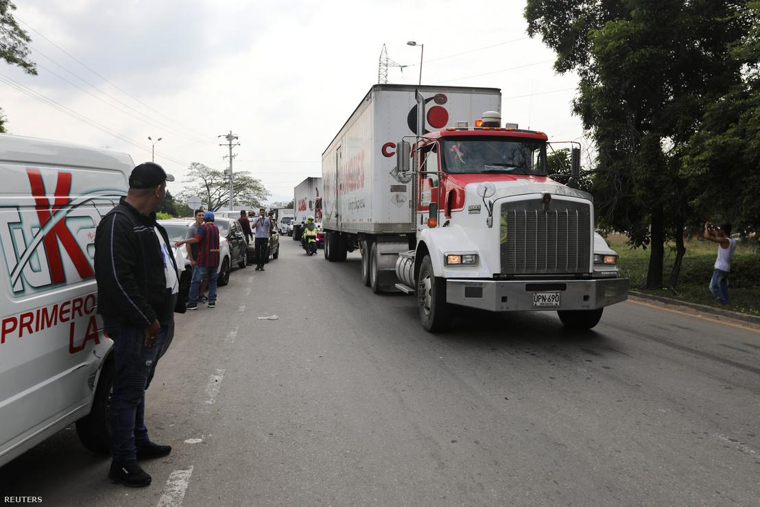 A segélyszállítmányt szállítók kamionok érkeznek a venezuelai határhoz.