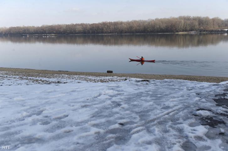 Egy kajakos a Duna fővárosi szakaszán, a Római-partnál 2019. január 31-én.