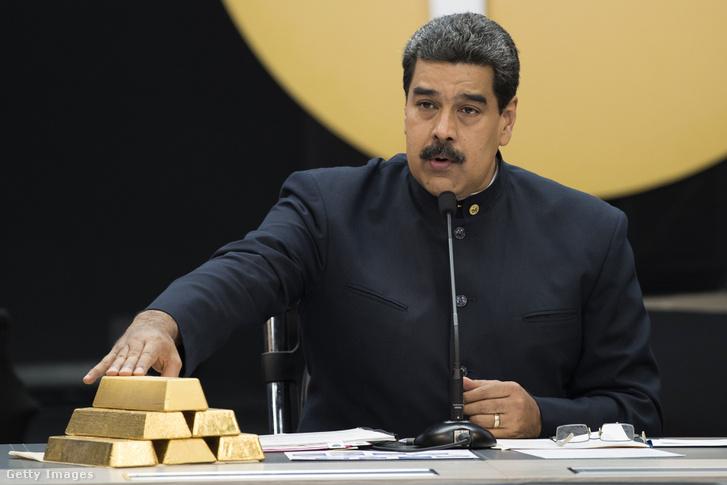 Nicolas Maduro, 12 kg arannyal az asztalon tart sajtótájékoztatót egy kriptovaluta konferencián 2018. március 22-én