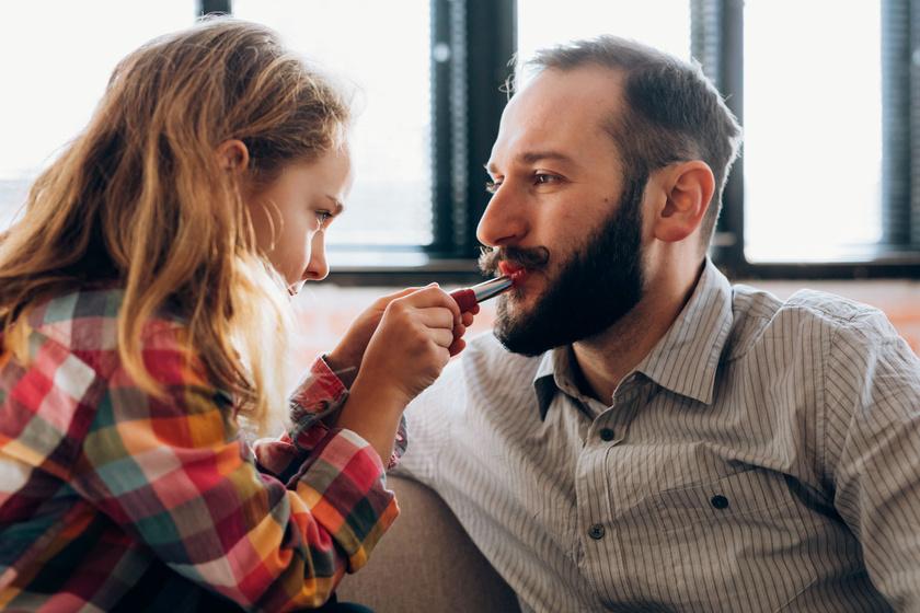 A harmincas apuka ez idáig nem is sejtette, milyen jól áll a rúzs a szakállhoz.
