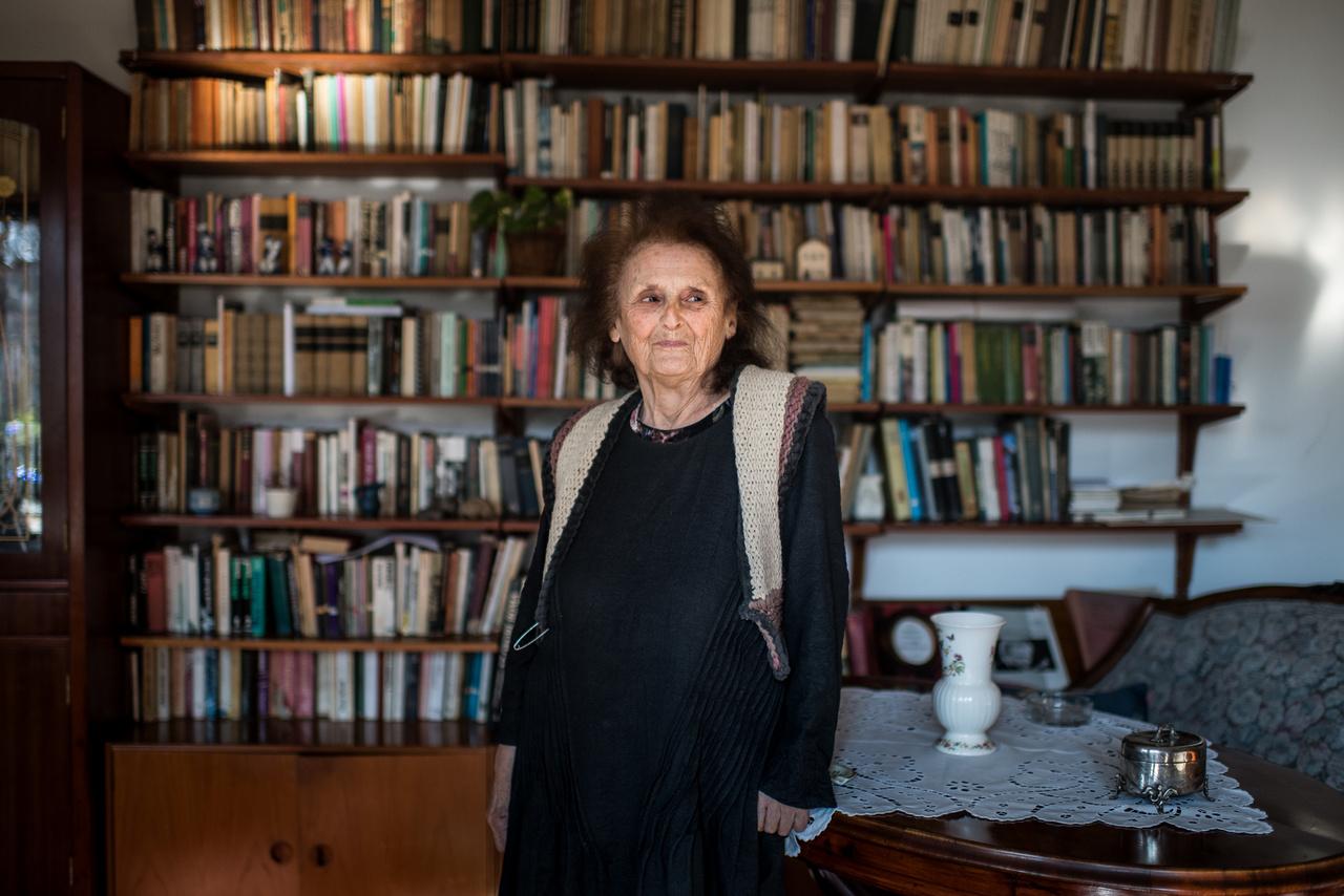 """Kinszki Judit 2019-ben.A zsidótörvények miatt a család ki akart vándorolni Új-Zélandba, és """"akkor már ne cipeljük magunkkal ezt a zsidóságot"""" és 1939-ben áttértek a görög katolikusokhoz. Judit bátyja nagyon vallásos lett. """"Anyagilag már nagyon rosszul álltunk, apukám már B-listán volt, egy szobát fűtöttünk, és a bátyám ott imádkozott mindig a jéghideg szobában. Anyukám mondta mindig, hogy őrült ez a gyerek, apukám annyira szépen, toleranciával azt mondta: hagyd békén, neki kell valami, ahova menekül."""" A kivándorlásból nem lett semmi. Kinszki Gábor Buchenwaldban fagyott halálra, Kinszki Imre a Sachsenhausen felé tartó menetben tűnt el. Judit és az édesanyja a gettóban élte túl a háborút. A művészettörténésznek készülő Judit végül az ötvenes években angol-magyar szakon végzett az egyetemen. Ma, nyolcvanöt évesen drámapedagógiát tanít."""