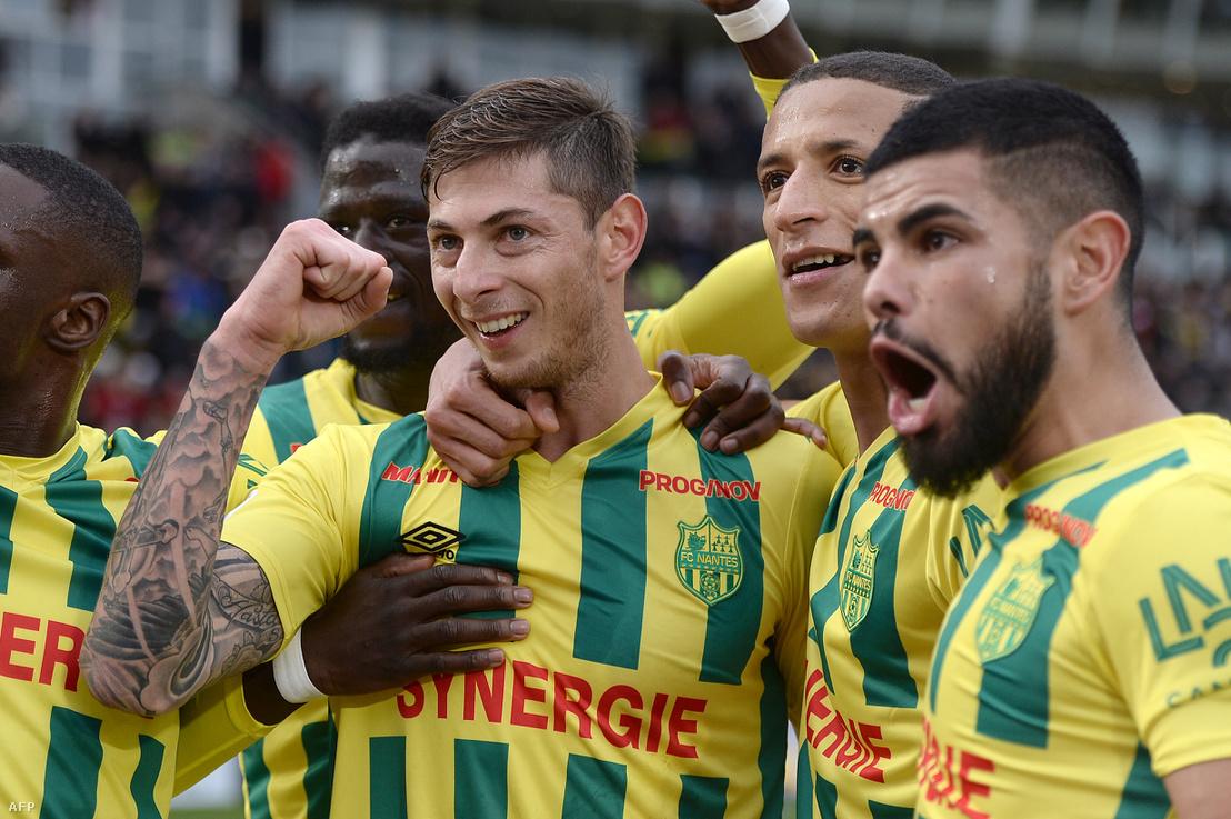 Sala, a Nantes játékosaként csapattársaival ünnepel 2017. december 17-én, miután belőtte a büntetőt Angers csapatának Nantes-ban