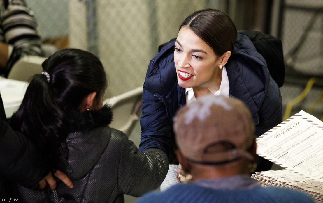 Alexandria Ocasio-Cortez demokrata képviselőjelölt egy kislánnyal beszélget egy New York-i szavazóhelyiségben 2018. november 6-án, az egyesült államokbeli félidős kongresszusi és helyi választások napján.