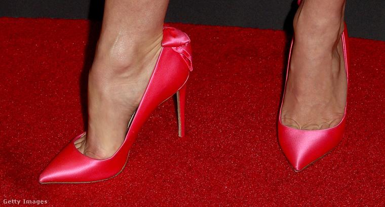 Viszont a cipője nem néz ki túl kényelmesnek.