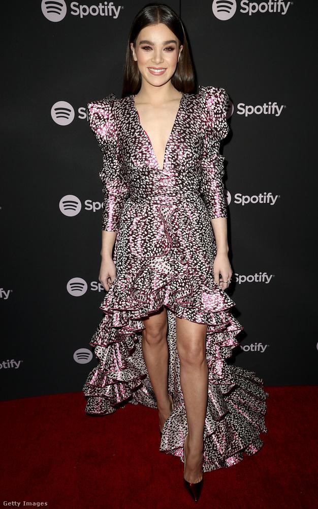 Térjünk inkább vissza a színekhez! Az est királykisasszonya Hailee Steinfeld volt, akit Oscarra is jelöltek A félszemű című filmért, de aki egyébként énekesnőként szintén funkcionál
