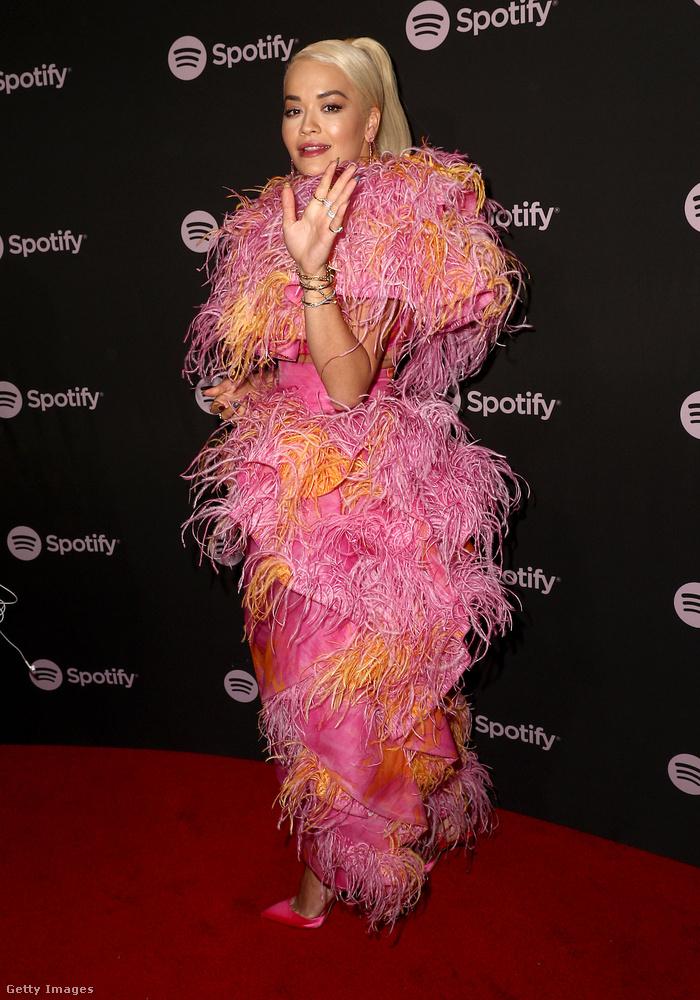 Ő például Rita Ora, akinek ezt a muppetshow-fantáziáját már az előző képen is meg lehetett csodálni