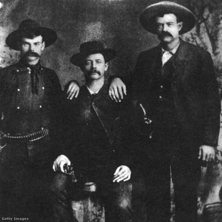 Vitatott fénykép Sam Bassról (középen), aki rablóbandájával 1877. szeptember 18-án kirabolta az Union Pacific vonatot Nebraska-ban. 1878. július 19-én lőtték meg Texasban, ahol bankrablást tervezett. Másnap belehalt sérüléseibe.
