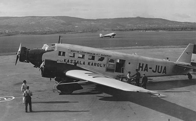 A Magyar Légiforgalmi Rt. repülőgépe a budaörsi repülőtéren, a harmincas években.