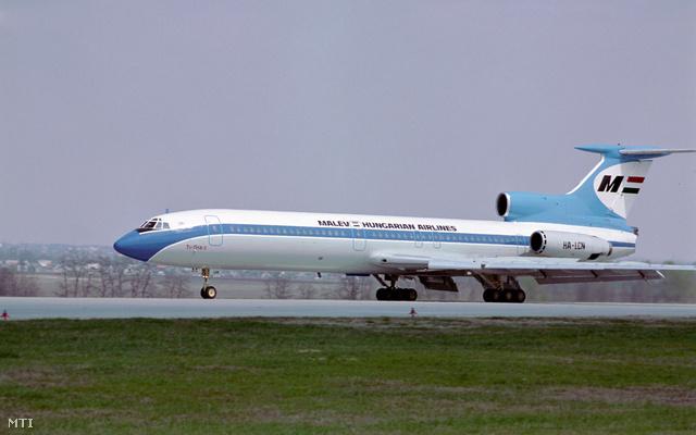 Budapest 1987. május 15.                         A Malév egyik TU 154-es repülőgép landol a budapesti légikikötő a Ferihegyi repülőtér betonján.