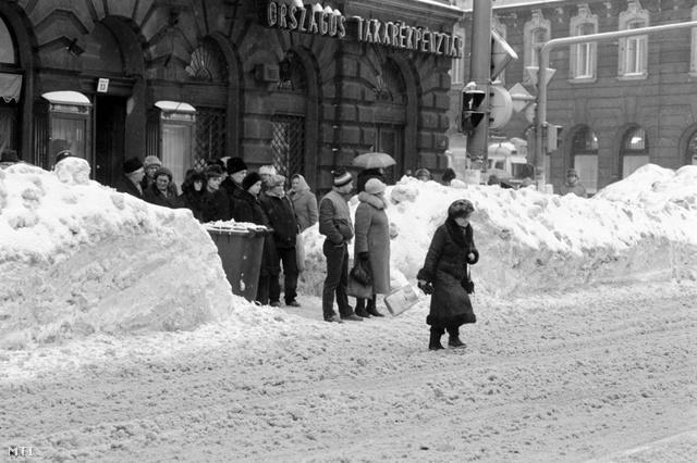 Budapest, 1987. január 15. Gyalogosok a Ferenc körúton egy gyalogátkelőn, ember magasságig érő hótorlaszok között kelnek át a körúton.