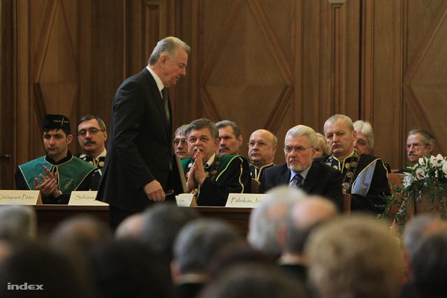 """Schmitt Pál beszédében kiemelte: """"Debrecen különleges kincse az egyetem"""", az egyetemnek pedig fontos öröksége, hogy ebben a városban jött létre."""