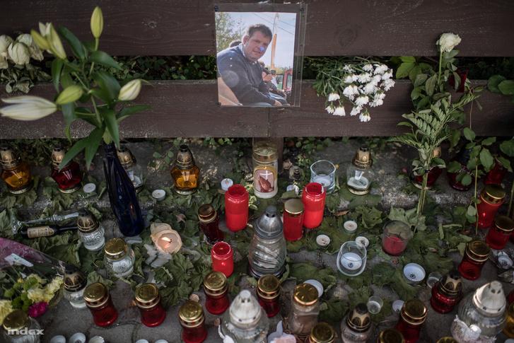 Meghalt balatonfüredi borász emlékére kitett mécsesek és virágok Badacsonyon 2018. szeptember 11-én