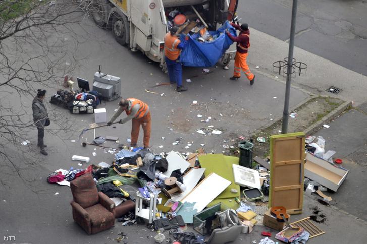 Lomtalanítás a főváros X. kerületének egyik utcájából 2016. március 23-án