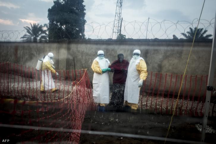 Egészségügyi dolgozók segítenek egy ebola fertőzött betegnek, Beni városában, a Kongói Demokratikus Köztársaságban 2018. augusztus 15-én