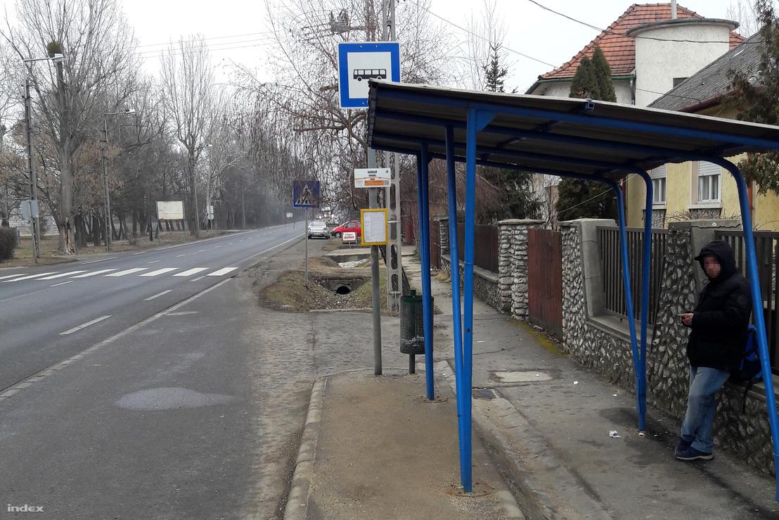Ugyanaz a buszmegálló, csak hátrébb vitték a tetőt