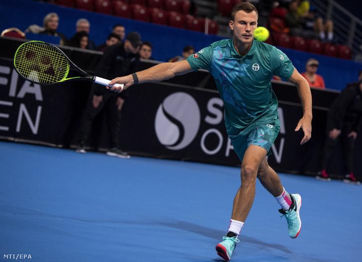 Fucsovics Márton az olasz Matteo Berrettini ellen játszik a szófiai keménypályás férfi tenisztorna elődöntőjében, 2019. február 9-én.