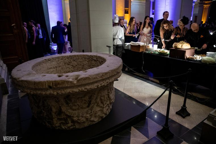 Adva volt a lehetőség, hogy a gálán megjelent hírességek az ételkülönlegességeket rejtő melegentartó (cséving) edények fölött elnézve a múzeumban kiállított tárgyakat tanulmányozva csillapítsák tudásszomjukat.