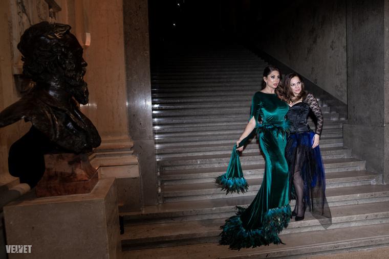 Amikor a szépművészeti lépcsőjénél lévő mellszobor szinte éltere kelt, hogy megcsodálja, amint Horváth Éva pózba vágja magát a fotósoknak.