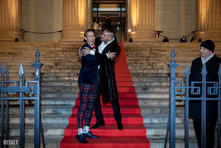 Pintér Tibor megpróbálta jól arcon csókolni a cseresznyés zokniban érkezett Lukács Mikit, aki legalább annyira kimaradt volna ebből az egészből, mint a kép jobb oldalán lévő úr.