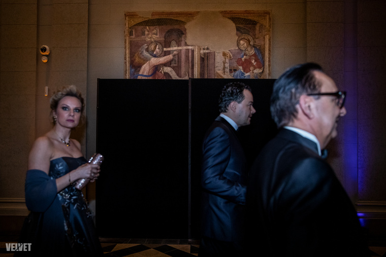 A fekete paravánokkal gondosan eltakart műalkotások sem terelhették el az ember figyelmét a folyosón elsuhanó Fásy Ádámról.