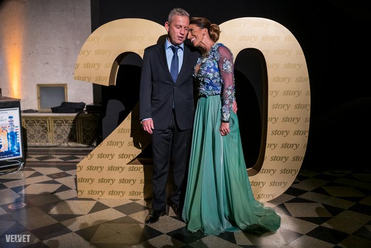 Schobert Norbert és Rubint Réka összebújtak a Story Gála évfordulójára emlékeztető háttér előtt.