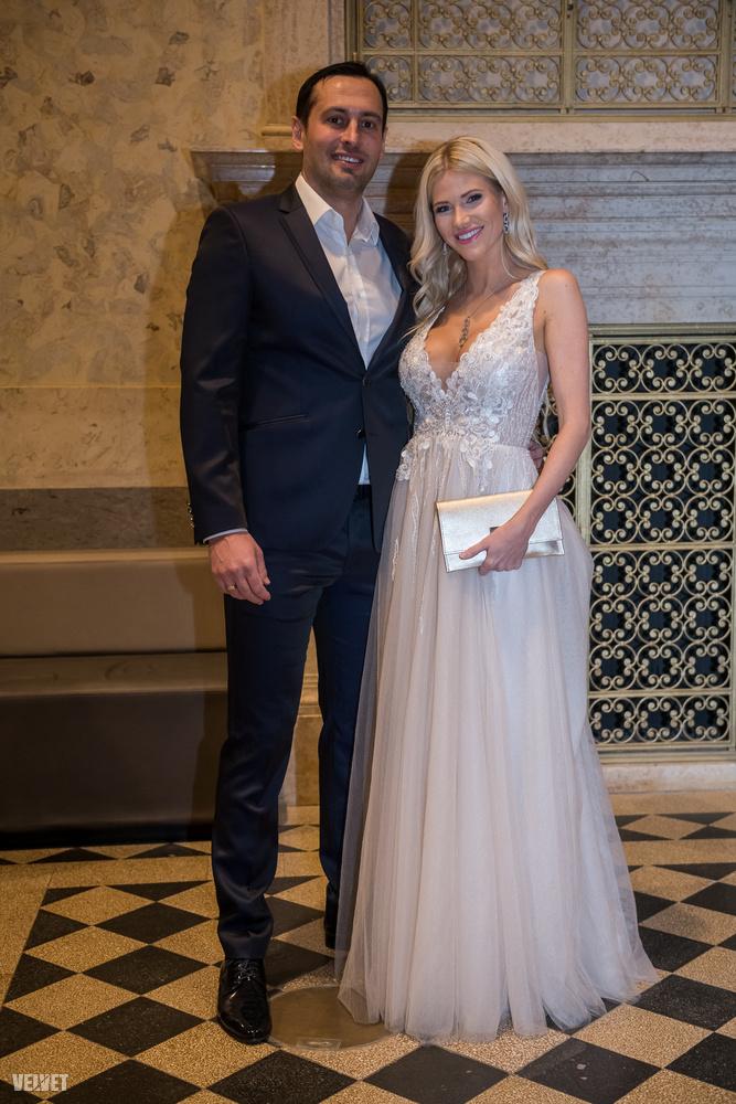 Őket a legtöbben szintén a Feleségek luxuskivitelben című realityből ismerik: Vasvári Vivien látható itt Fecsóval.