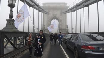 Tüntetők zárták le a Lánchidat