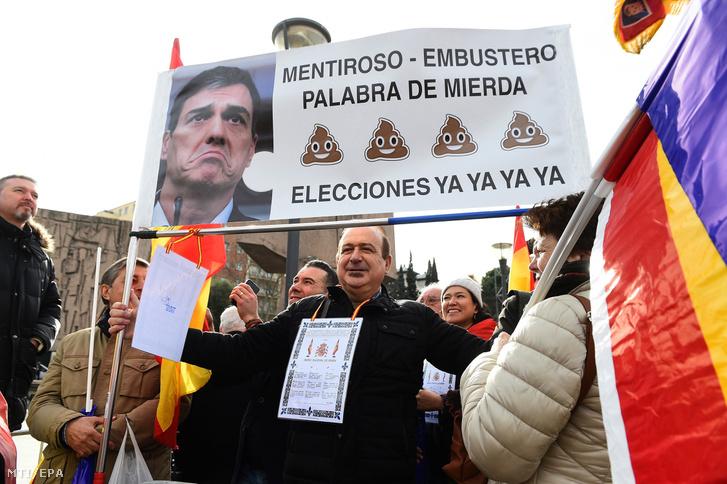 A kormányfőt hazugnak nevező és választáűsokat követelő transzparenst mutat fel egy férfi a Pedro Sánchez szocialista miniszterelnök és kormánya elleni tüntetésen a madridi Columbus téren 2019. február 10-én.