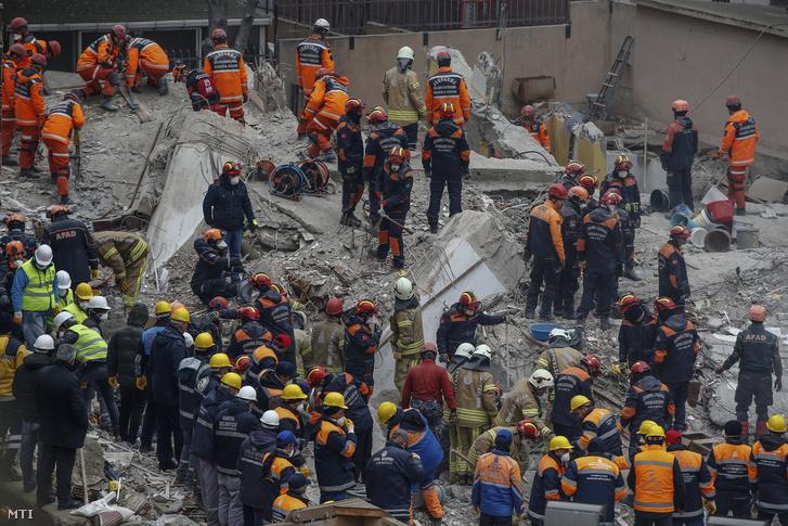 Túlélők után kutatnak a törmelék közt Isztambulban 2019. február 8-án, két nappal az után, hogy összedőlt egy hétemeletes ház a török nagyváros Orhantepe negyedében. A halálos áldozatok száma tízre emelkedett.