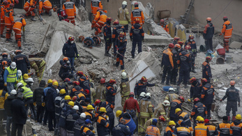 Már több mint húsz halottja van az isztambuli házomlásnak