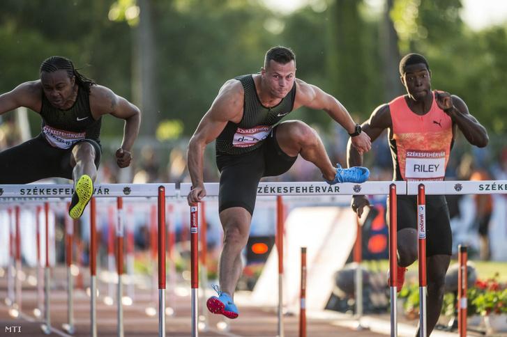Baji Balázs (k), a férfi 110 méteres gátfutás későbbi második helyezettje a Gyulai István Memorial nemzetközi atlétikai versenyen Székesfehérváron 2018. július 2-án. Mellette a jamaikai Andrew Riley (j) és az amerikai Aries Merritt.