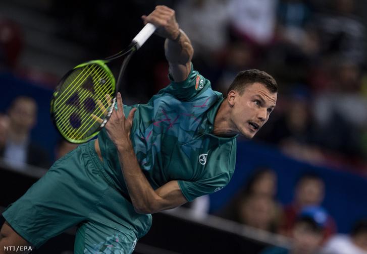 Fucsovics Márton az orosz Danyiil Medvegyev ellen játszik a szófiai keménypályás férfi tenisztorna döntőjében 2019. február 10-én.