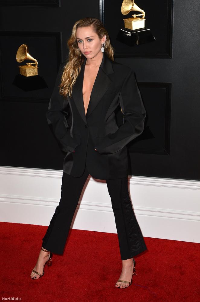Hozzá és a többiekhez képest, Miley Cyrus szettje szinte uncsinak volt nevezhető