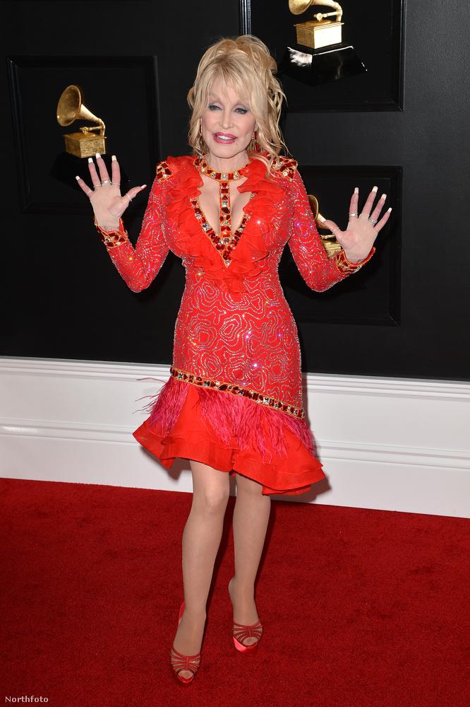 Dolly Parton szintén pirosban érkezett és ha a dekoltázsokat is díjazták volna az eseményen, szinte biztos, hogy ő nyer.