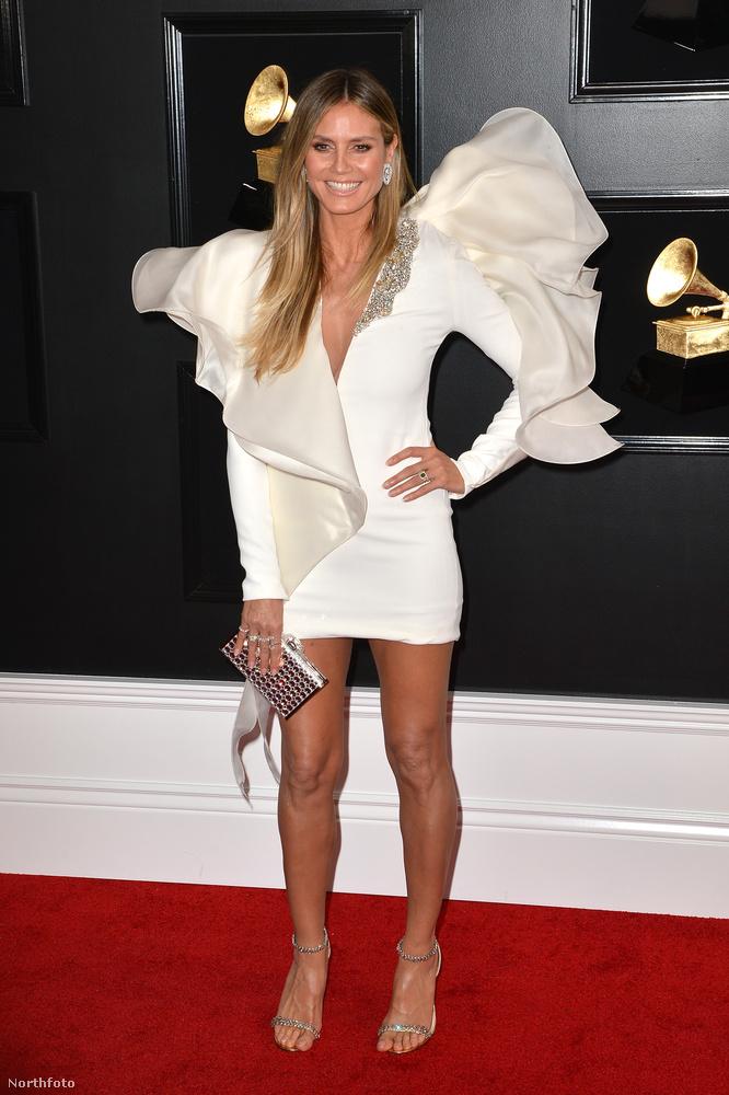 Heidi Klum is kicsit vállra gyúrt ezekkel a fodrokkal.