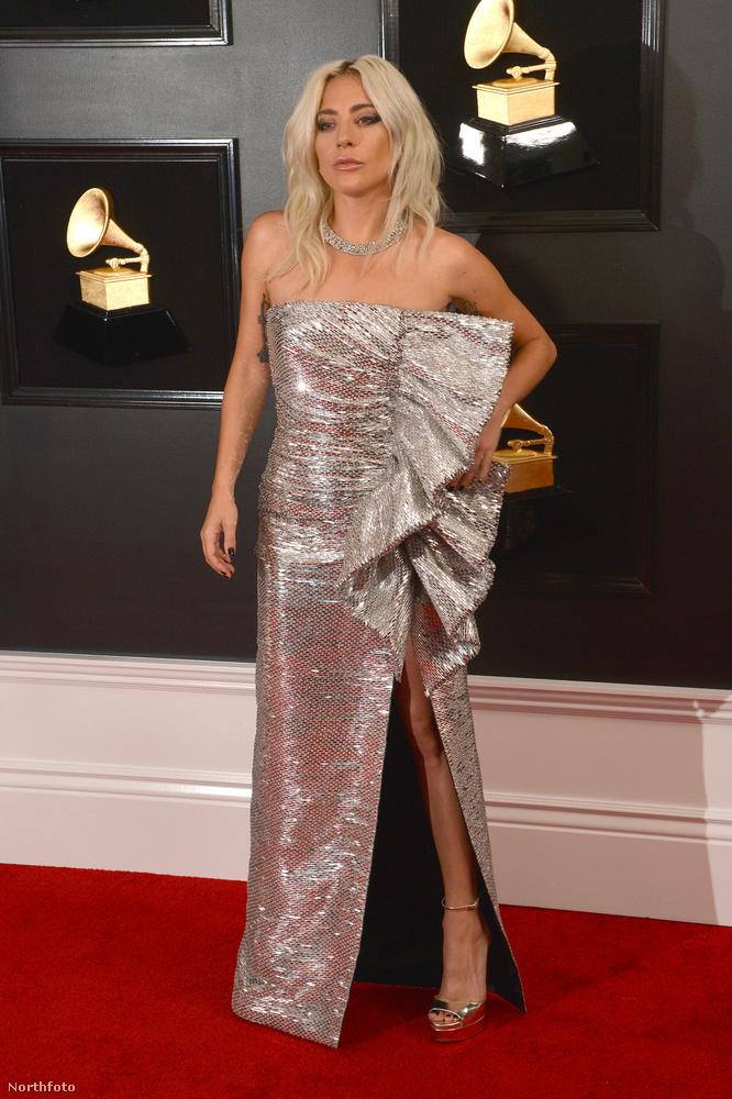 Lady Gaga viszont az oldalán viselte a díszítést, ami láthatóan megnehezítette rutinszerű, csípőt balra ki,jobb kezet a derékra pózolást.
