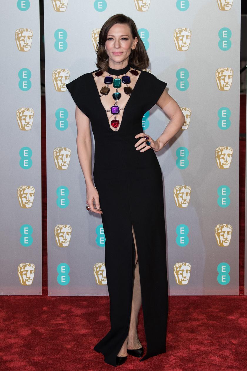 Cate Blanchett igazán különleges ruhát viselt: a dekoltázsa tette egyedivé ezt a kis fekete estélyit.