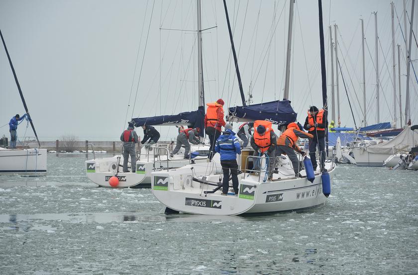 A reggel 10-re meghirdetett rajtot a szervezők halasztották, mert egybefüggő jég volt a BL YachtClub előtti vízterületen.