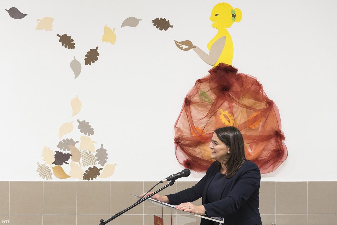 Novák Katalin az Emberi Erőforrások Minisztériumának család- és ifjúságügyért felelős államtitkára beszél a nyírteleki Kastélykert óvoda és bölcsőde új épületrészének átadásán 2018. október 25-én.