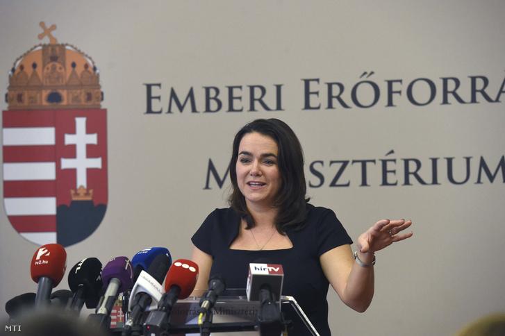 Novák Katalin család- és ifjúságügyért felelős államtitkár sajtótájékoztatón ismerteti a kormány új családpolitikai intézkedéseit az Emberi Erőforrások Minisztériumában 2019. február 11-én