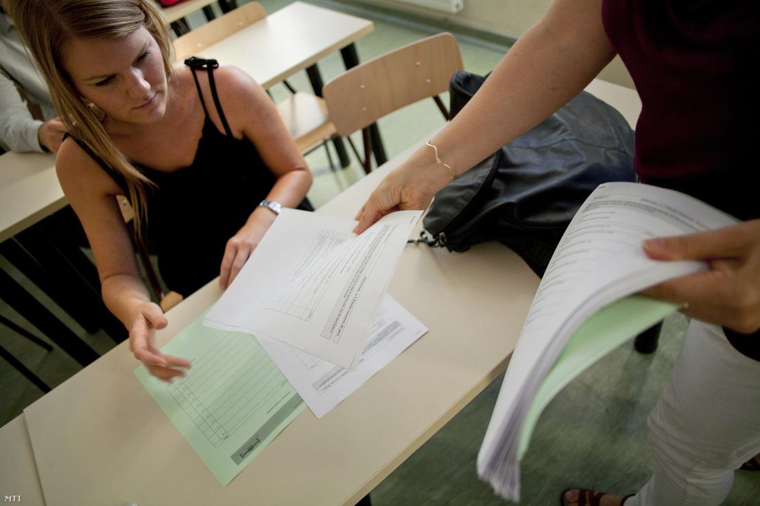 Feladatlapot oszt egy tanár műszaki angol nyelvi próbanyelvvizsgán a Budapesti Műszaki és Gazdaságtudományi Egyetem (BME) Nyelvvizsgaközpontjában