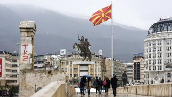 Leszedik a Macedónia feliratokat Észak-Macedóniában