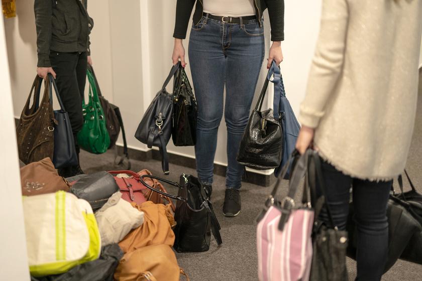 A Femina Media szerkesztőségében is gyűltek a táskák.