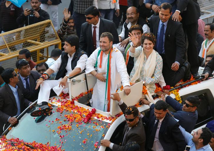 Rahul Gandhi (k) és Prijanka Gandhi (j)