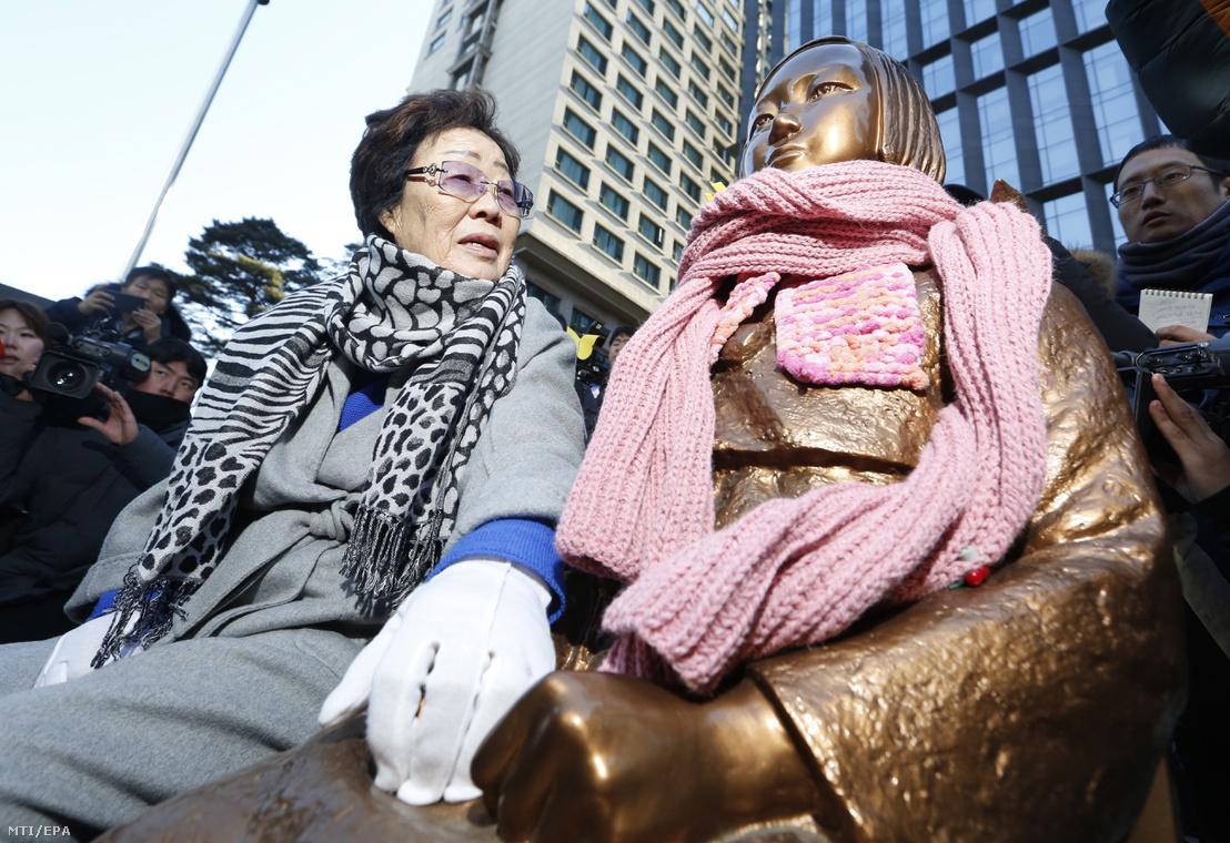 A második világháború alatt a megszálló japán katonák által prostitúcióra kényszerített dél-koreai nők egyike, Ri Jong Szu egy 90 éves sorstársa, Kim Bok Dong gyászszertartásán a szexrabszolgák szöuli emlékművénél, a japán nagykövetség előtt 2019 február 1-jén. Az idős nő január 30-i halálával huszonháromra csökkent a még élő világháborús kényszerprostituáltak száma Dél-Koreában.