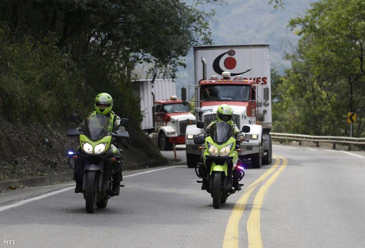 Venezuelának szánt amerikai humanitárius segélyt szállít két, kolumbiai rendőrök kísérte kamion a kolumbiai Cúcuta közelében fekvő Los Patiosban 2019. február 7-én. A hadsereg az útzárral akarja megakadályozni, hogy Kolumbiából nemzetközi humanitárius segélyt juttassanak be Venezuelába, mert Nicolás Maduro elnök visszautasította hazájának segélyezését.