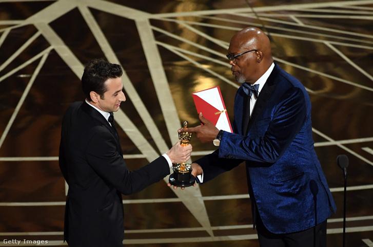 Pont így néz ki Samuel L. Jackson, amikor Oscar-díjat ad át. Itt épp Justin Hurwitznak, a Kaliforniai álom zeneszerzőjének