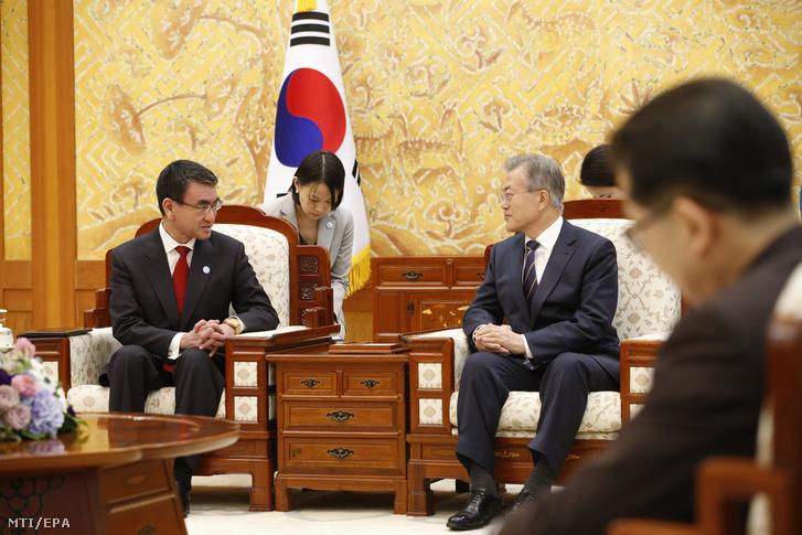 Mun Dzse In dél-koreai elnök (j) fogadja Kono Taro japán külügyminisztert Szöulban 2018. április 11-én.