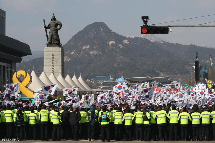 Dél-koreai zászlót lengető emberek a Koreai-félsziget függetlenségi törekvései kezdetének 99. évfordulója alkalmából tartott ünnepségen Szöulban 2018. március 1-jén. A japán elnyomás ellen 1919. március 1-jén kezdődött mozgalmak által kiadott függetlenségi nyilatkozat kimondta Korea függetlenségét, annak más országokkal való egyenértékűségét. Korea 1910-től 1945-ig, közel 35 éven át volt a Japán Birodalom része.